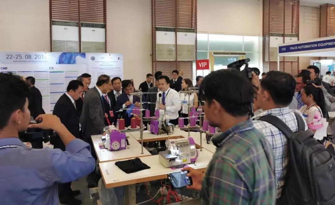 HIKARI和记下载工业缝纫机在2019柬埔寨国际纺织暨制衣机械展现场,和记下载展位人声鼎沸